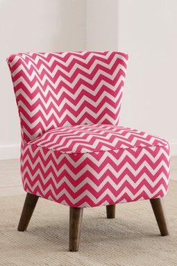 La silla es rosada y cheurón. Yo voy tener la silla encima de la alfombra.