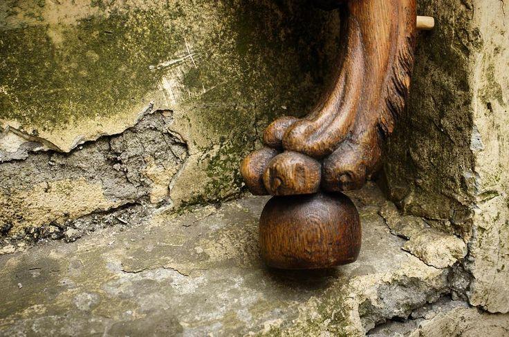 Львиная лапа - была излюбленным мотивом римлян при оформлении ножек мебели. Подобные ножки большей частью мраморные или бронзовые применялись при изготовлении столов. На фото ножка кресла. Не простая задача поставлена перед нашими мастерами. Чуть позже поделимся какая именно.  #мастерская #restoration #мебель #антиквариат #ремонт #ремонтмебели #реставрационнаямастерская #реставрациямебели #реставратор #restorer #restauratore #дизайн #интерьер #mood #декор #art #design #винтаж #wood #спб…