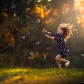 Elena Shumilova Luz, movimiento niña, inspira diversión.