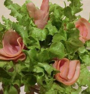 今回は「ブーケサラダ」のレシピをご紹介します。その名の通り、サラダを可愛らしいブーケ(花束)のように盛り付けたサラダです。ご自宅でのホームパーティーにはもちろん、持ち運びもできるので持ち寄りパーティーにも大活躍ですよ♪ ■超簡単な大輪のハムのブーケ♪ サニーレタスとハムの簡単ブーケサラダby CatherineSさん 5~15分 人数:2人 材料はハム・サニーレタス・春巻きの皮だけ!ハムを花に見立