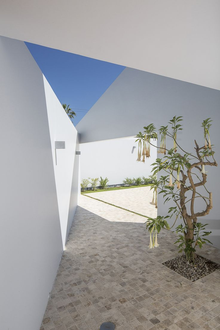 Built by Riofrio+Rodrigo Arquitectos in Chorrillos, Peru The design objective of the project was to elongate the volume of the residence so as to take full advantage of the e...