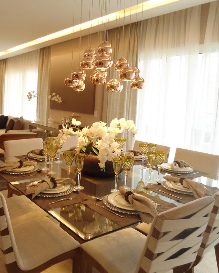 A escolha da decoradora pelo pendente de vidro cobre com a composição de varias cúpulas, deixou a sala de jantar mais moderna e sofisticada. A iluminação produzida pela peça é aconchegante e elegante, deixando transparecer a luz e passando imponência para o ambiente http://ow.ly/dBMJ4