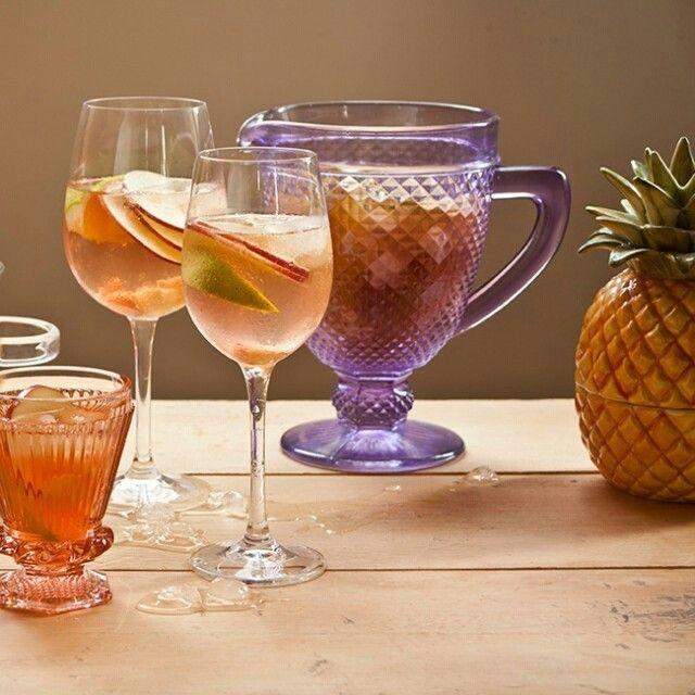 Bem retrô, o ponche rosé é daqueles que dá vontade de tomar a jarra toda: leve, divertido e refrescante. É o ponche rosé.