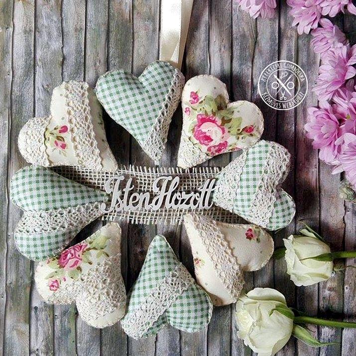 Textil ajtódísz szívekkel, zöld-krémszínű - 4890 Ft  Bájos, shabby chic stílusú, nagyméretű ajtódísz csipkével díszített, zöld-krémszínű szívekkel és üdvözlő felirattal. A pasztell színek, a kockás és rózsás minták harmóniája nagyon kedves éke lehet otthonodnak. A koszorú átmérője: 23 cm
