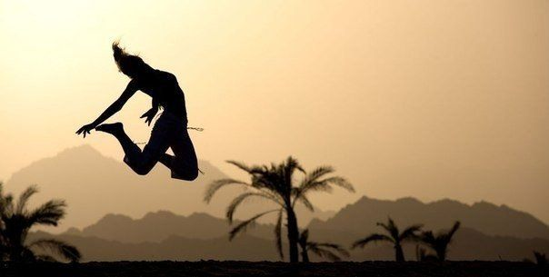 14 привычек людей, которым все завидуют  Вы когда-нибудь встречали людей, мимо которых проходят все стрессы и хаос повседневной жизни, не касаясь и не задевая их? Они просто плывут по жизни в своем ореоле совершенства и оставляют позади всех, кто чувствует себя не таким… прекрасным. Что же мы делаем неправильно? Что мешает нам стать успешными людьми, которые всё успевают и всегда получают то, что хотят?  Вот несколько привычек успешных людей, которые ближе других подошли к своему идеалу.  1…