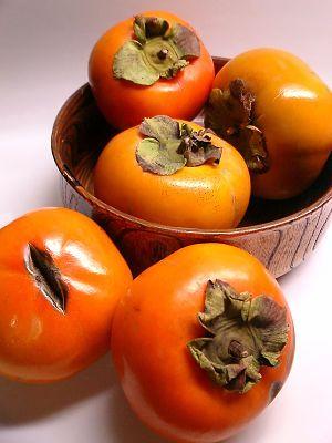 """Kaki-Früchte: Beeren mit den vergrößerten Kelchblättern. """"Die #Ebenholzbäume, Dattelpflaumen oder Götterpflaumen (Diospyros) sind eine Pflanzengattung und gehören zur Familie der Ebenholzgewächse (Ebenaceae). Diese Gattung enthält einige Arten, deren Ebenholz (zur Möbelherstellung) genutzt wird, darunter den Obst tragenden Kakibaum. Diospyros bedeutet """"Frucht des Zeus"""" oder """"göttliche Frucht""""."""""""