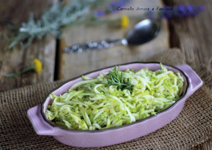 L'insalata di zucchine crude è un contorno veloce, facile e soprattutto molto gustoso, la mia ricetta poi vi darà i consigli di prepararla digeribilissima.