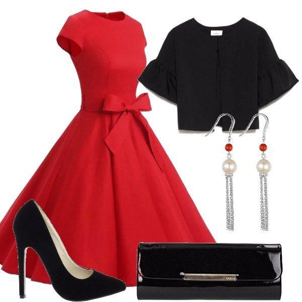 Tacchi altissimi per le scarpe décolleté che accompagnano il vestito in stile retrò, rosso, con un fiocco sul davanti. Sopra si può aggiungere un coprispalle con maniche ampie. La borsa è una pochette lucida e un paio di orecchini con perle e pendenti completano il tutto.