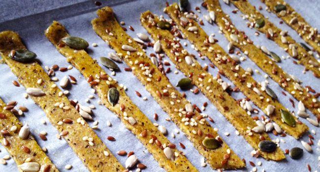 Ecco un'idea tutta da copiare e rivisitare, i grissini stick vegani alla paprika: veloci, perfetti da preparare in anticipo e tenere a portata di mano.
