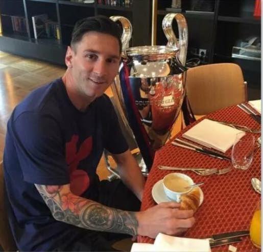 Argentyńczyk spożywa posiłek w asyście Pucharu Ligi Mistrzów • Lionel Messi tak spędza śniadania po finale Champions League • Zobacz >>