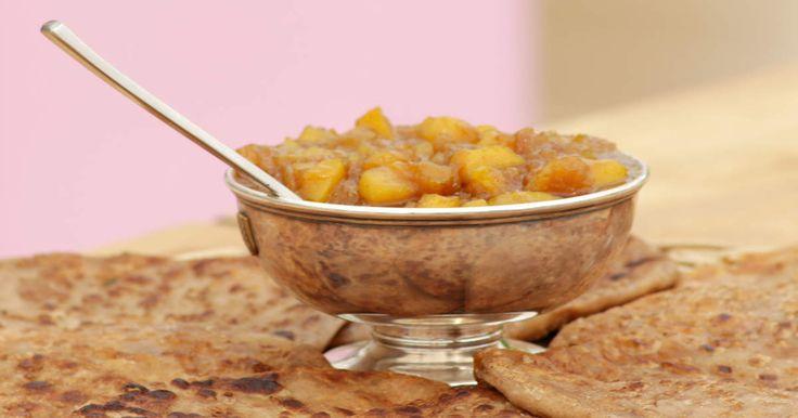 Kryddigt tunnbröd fyllt med blomkålssmör, serveras med hemkokt mango chutney.