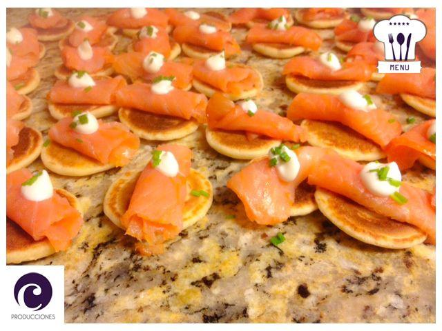Blinis con salmón y crema
