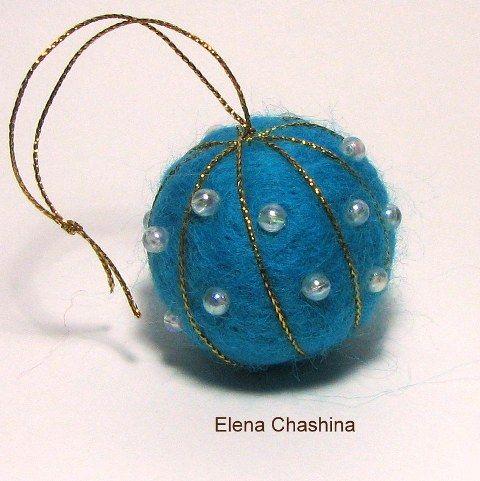 Новогодний шарик из шерсти.Сухое валяние. Декор бисер.