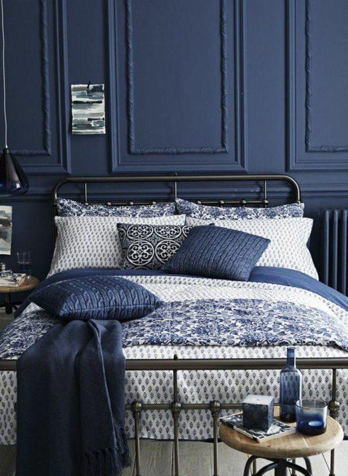 chambre à coucher design retro chic en couleur bleu foncé, lit en fer forgé, coussins de lit bleus