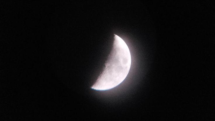 Foto Luna en cuarto creciente. Realizada desde móvil Samsung Galaxy Prime con ocular 10mm en telescopio Orbinar 400/70