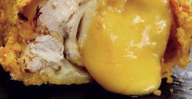 Pastelitos de queso Necesitarás (para 6 porciones): 100 g de galletas de mantequilla  2 cucharadas de cacao en polvo  75 g de mantequilla derretida  150 g de queso crema  40 g de azúcar  1 huevo  4 cl de licor de menta  40 g de chocolate de menta cortado en trozos  250 g de chocolate semiamargo fundido Papel de hornear  1 molde para muffins