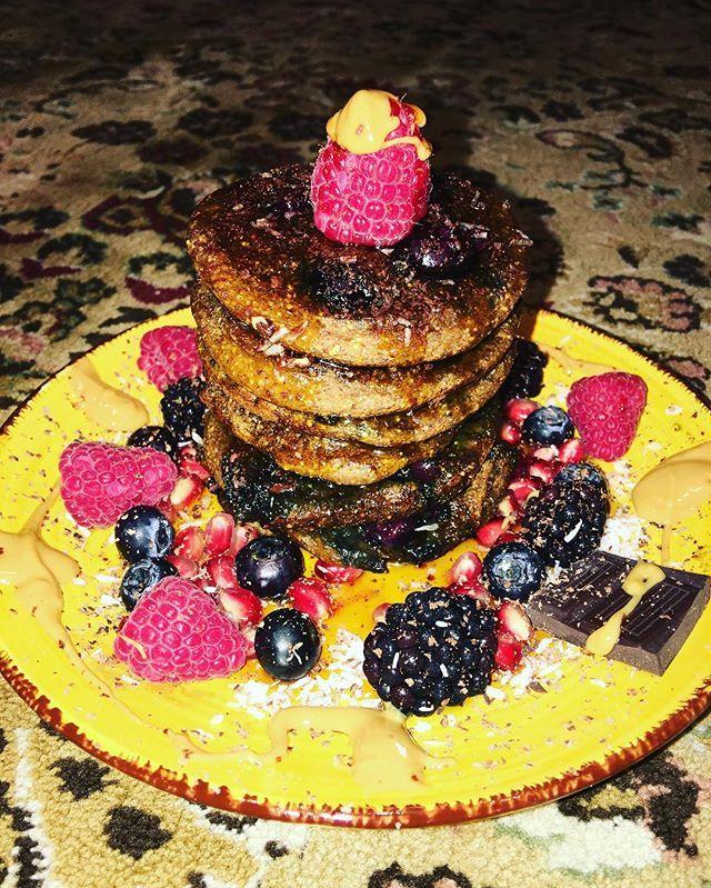Buongiorno!!!! Ecco a voi l'unico motivo per cui mi sveglio il sabato mattina!!! Pancake vegani alla banana e mirtilli 🍌🍌🍌 #veganlife #vegangirl #veganfood #veganfoodporn #veganfoodshare #vegansofig #veganism #veganpancakes #veganbreakfast #healthybreakfast #healthygirl #veganitalia #veganismo #colazione #colazionevegana #colazionesana #cucinanaturale #plantbased #instafood #instagood #buongiorno #bonjour #goodmorning #govegan  Yummery - best recipes. Follow Us! #veganfoodporn