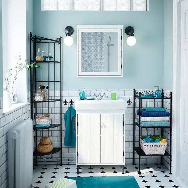 Как уместить в ванной комнате тысячу мелочей? Правильно подобрать мебель! Сделать это легко с планировщиком ИКЕА: создавайте проект своей ванной, а потом приезжайте в ИКЕА с готовым списком товаров, чтобы воплотить мечту в жизнь! Ссылку на планировщик вы найдёте в описании профиля. На фото: шкаф под раковину СИЛВЕРОН / ХЭМНВИКЕН (9990.-), стеллаж РЁНШЕР (2299.-), угловой стеллаж РЁНШЕР (2999.-) #IKEA #ИКЕА #ИКЕАРоссия