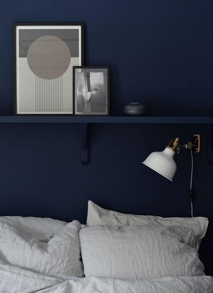 www.hemtrender.com, inmålar hylla, blått sovrum, blue bedroom. gråa linnelakan, therese sennerholt poster, shelf, shelfie