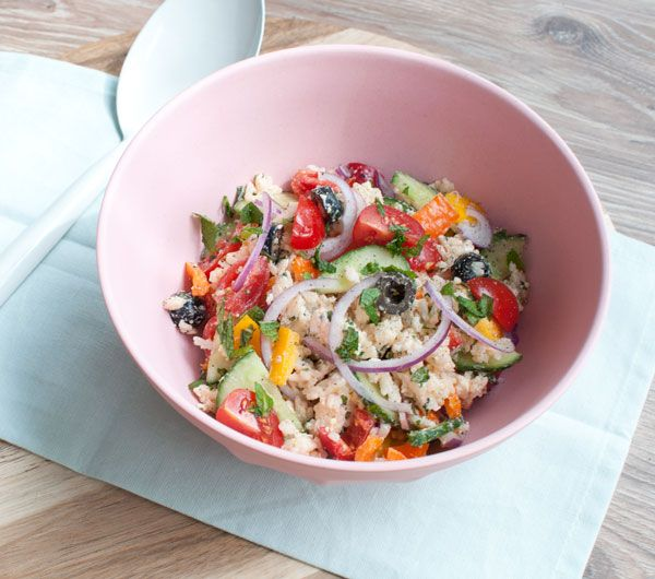 Griekse rijstsalade; een frisse salade met de mediterrane smaken uit Griekenland. Lekker als lunch, lichte avondmaaltijd of bij de barbecue.