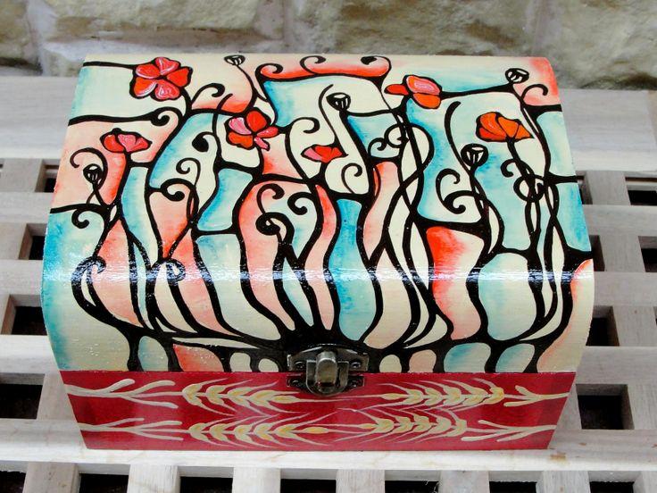 Hand-painted jewelry box. http://www.myneverland.ro/lucrari/view/cutiii-de-lemn-pictate/cutie-de-lemn-pictata-13