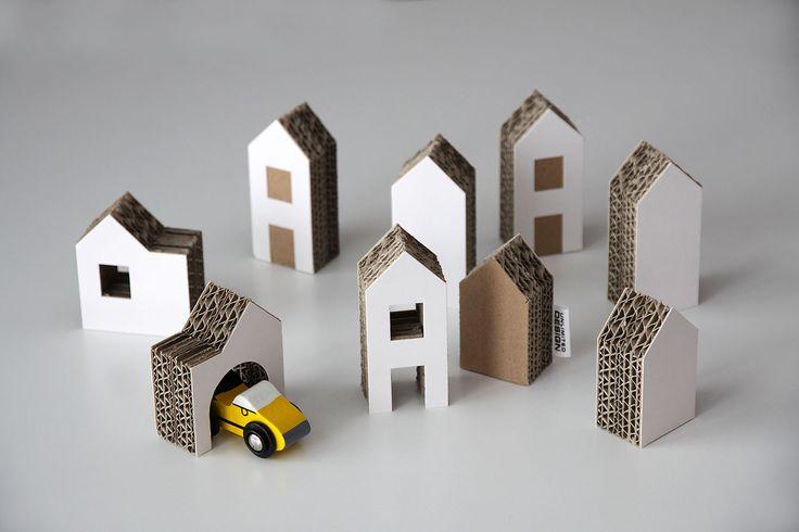 Kartónové pidi domečky Kartónové pidi domečky na hraní i pro dekoraci. Jsou vyrobeny z vlnité lepenky a kartonu. Výška nejvyššího domečku je 9cm, síla 2,8cm. V sadě je 9ks domečků. Dodávány poskládané v krabičce o velikosti 20x14cm. Domečky lze pokreslit a pomalovat. Vhodné jako dárek nebo doplněk k dárku, např. k vláčkodráhám, kolejím, k sadě malých autíček ...