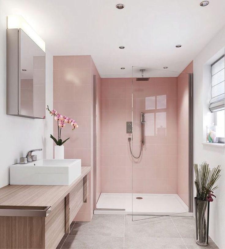Das prächtige Badezimmer mit seinem matten Rosa und der Box mit dem klaren Glas verließ den Raum noch vergrößerter. Die Bank … – Karen Villanueva