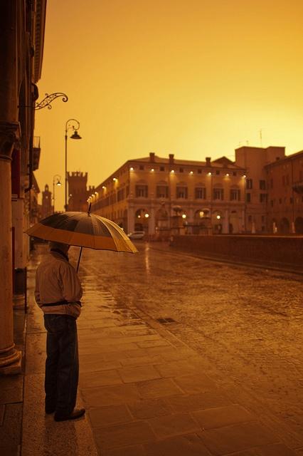 Heavy rain in front of Castello Estense, Ferrara by txh74, via Flickr #InvasioniDigitali il 24 aprile alle ore 10:30 Invasore: TurismoFerrara