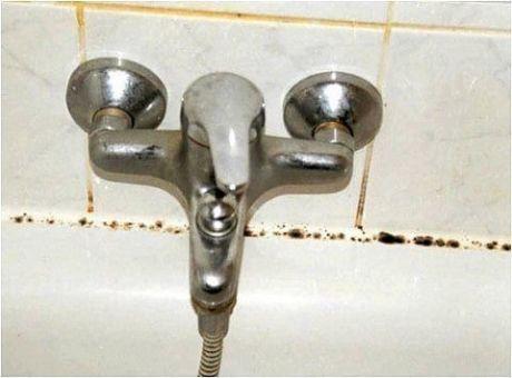 Простое средство от грибка в ванной В ванной комнате прекрасные условия для жизни и быстрого размножения плесени и грибка, поэтому там так трудно уберечься от них. Конечно, никто не хочет такого неприятного соседства в ванной, поэтому надо сразу избавляться от этой неприятности. На 5 л воды добавить одну таблетку фурацилина и промойте стены в ванной, тогда вы даже не заметите появление грибка. Но если ситуация осложняется уже присутствием плесени, тогда сокращайте пропорции и добавляйте 1…