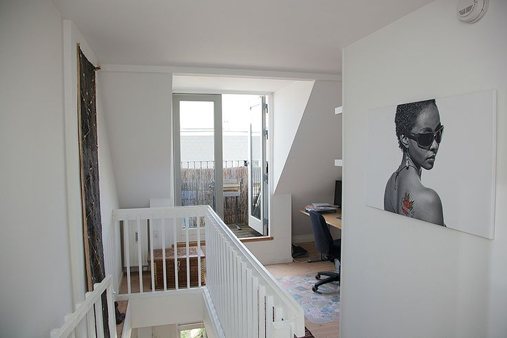 Comfort and quality near public transport, gym and supermarkets. A nice 2 storey apartment with 2 bedrooms and large lounge. Fireplace, private balcony on top floor. Available from July 2014
