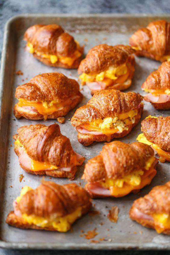 Comment réaliser cette recette ? On fait cuire des œufs brouillés. On ouvre des croissants en deux, on les garnit d'œufs brouillés, de jambon et de fromage et on les passe 1 à 2 mn au micro-ondes. On peut aussi les glisser au four jusqu'à ce que le fromage fonde, ou les congeler en attend...