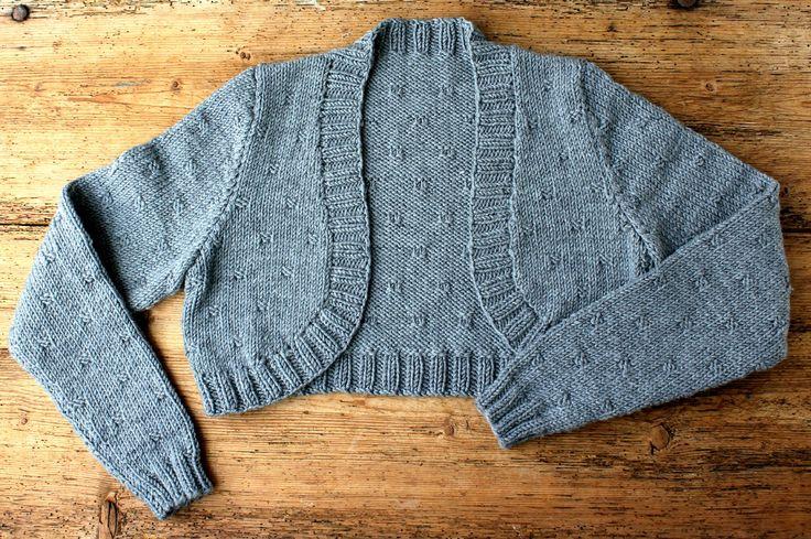 Sjælevarmeren er en gammel opfindelse, og den luner godt om skuldre og arme – og så er den lige fin til rå jeans og en top som over en feminin kjole. Den her strikkes lækkert blødt merinould, og har påsatte super velsiddende ærmer. Det lille strukturmønster beskrives i strikkeopskriften, som er i str. S-M-L-XL. Sjælevarmer med strukturmønster og påsat ærme…