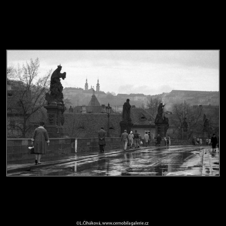 Most po dešti (2833-6) • Praha, duben 1964 • | černobílá fotografie, Karlův most, sochy, po dešti, z Novoměstské mostecké věže |•|black and white photograph, Prague|