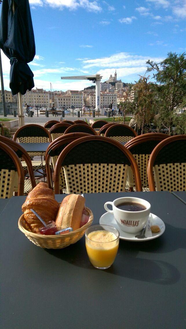 Petit déjeuner au soleil sur le vieux port de Marseille