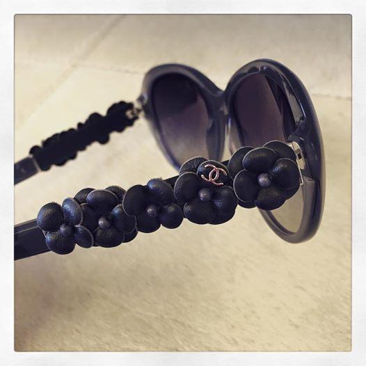 Lederen camelia's, of hoe een zonnebril ook kunst kan zijn. #NewOptics #Chanel #Eyewear #Sunwear