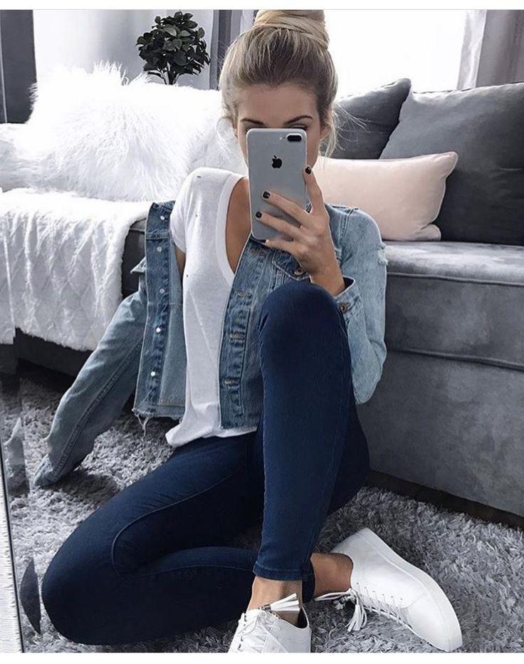   Look confortável com calça e jaqueta jeans, t-shirt branca e tênis  