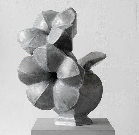 Mary Geradts: Vaas met 2 bloemen - 2013 zink 58 x 60 x 60