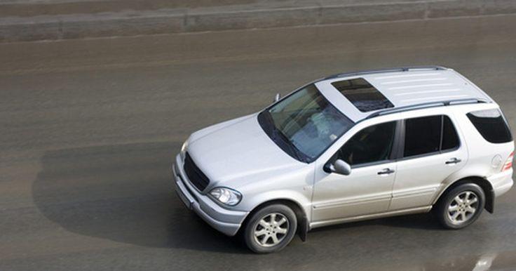 Cómo reiniciar la luz SRS  de un Mercedes. Cuando veas la luz de los sistemas de retracción suplementarios (SRS) iluminada en el panel de control de tu Mercedes, esto significa que hay un problema con las bolsas de aire o los tensores de los cinturones de seguridad. Cuando hay un mal funcionamiento en el vehículo, se guardan códigos en la computadora de diagnóstico incorporado (OBD). Estos ...