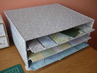 półeczka na papiery skrapowe zrobiona z pudełek po pizzy