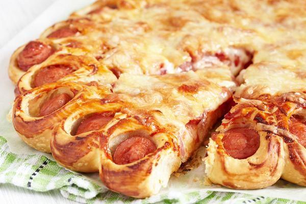 Σπιτική πίτσα με λουκάνικα