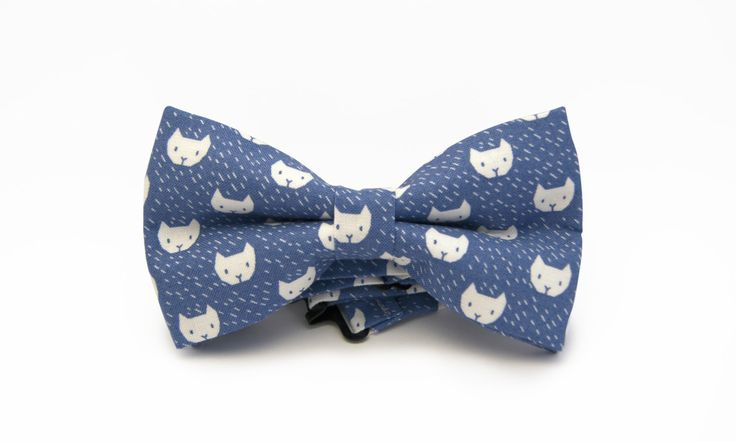 Mens blue cats bow tie - Blue and white bow tie - White cats tie - Kitty bowtie - Pretied men bow tie - Minute Papillons bow tie - Funny tie by MinutePapillons on Etsy https://www.etsy.com/ca/listing/239970404/mens-blue-cats-bow-tie-blue-and-white