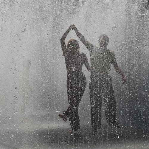 Non ho mai voluto lasciarti segni per farti male, ma li lascio solo perché tuttora sogno di danzare sotto la pioggia, e finché lo sognerò farai parte del mio mondo. Ma se questi segni tu feriscono, farò tacere la mia pioggia..