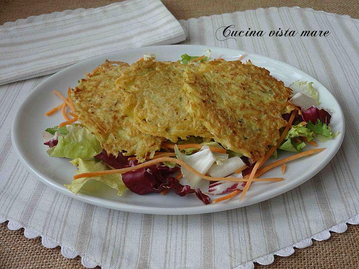 Le gallette di patate sono piccole frittatine delicatamente profumate al rosmarino ideali da servire con l'aperitivo, come antipasto o come contorno.