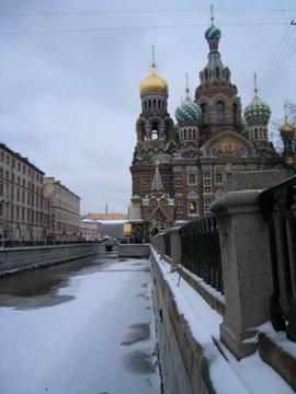 Onder de gouden koepel is de plek waar tsaar Alexander II is vermoord en waar nadien een kerk is opgericht door zijn zoon tsaar Alexander III. Dat is weer de vader van de laatste tsaar Nicolaas II.