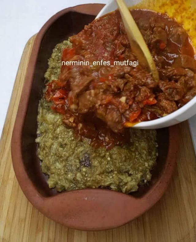Geleli Kebabı Tarifi için Malzemeler Yarım kilo dana kuşbaşı 5 adet patlıcan 4 adet biber 2 adet iri sulu domates 1 adet soğan 1 yemek kaşığı salça Etler için 4
