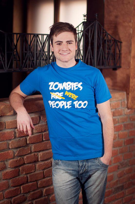 """T-shirt Zombies were People Too Dit rechte model T-shirt voor mannen is gemaakt van voorgekrompen ringgesponnen katoen en heeft een opdruk met de tekst: """"Zombies were People Too"""". De hoge kwaliteit en goede verwerking zijn zichtbaar in de dubbele naden aan de mouwen en de zoom en de tweevoudig gelegde kraag in 1X1 ripp."""