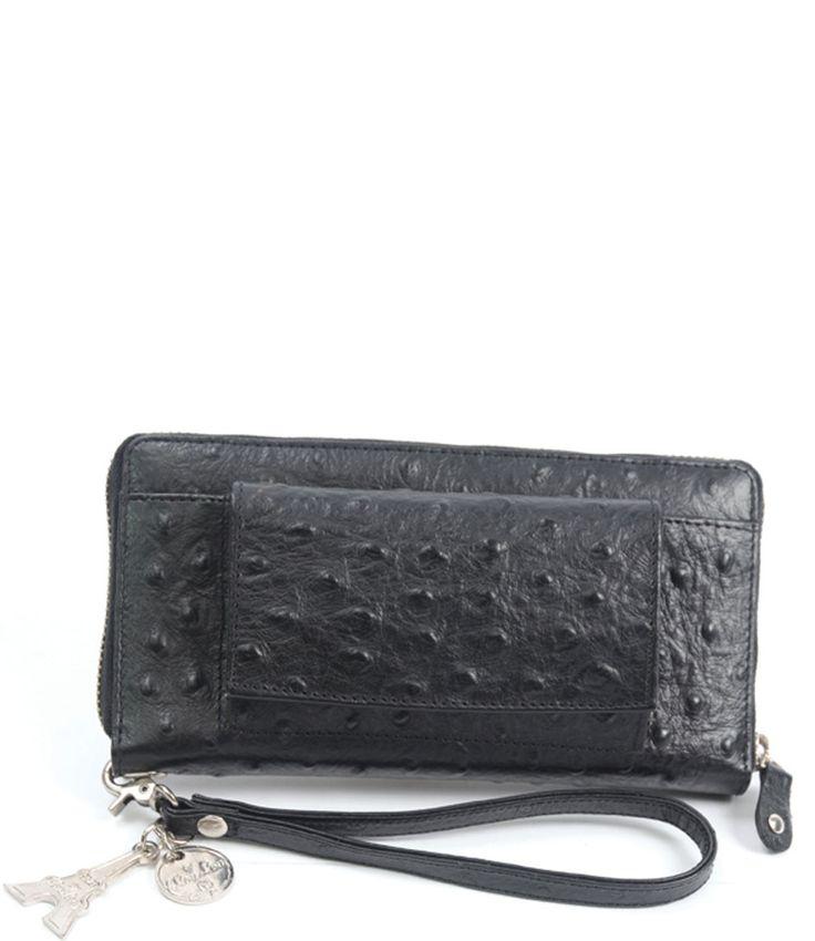 De Smart Little Bag van By LouLou is de nieuwe musthave. Deze leren multifunctionele portemonnee kun je ook als clutch gebruiken dankzij het handige polsbandje, het voorvakje voor je telefoon en spiegeltje. Aan de binnenkant bevinden zich eindeloos veel vakjes en een wit met blauw gestreepte voering. Een musthave voor iedere vrouw met stijl (en een druk leven)!