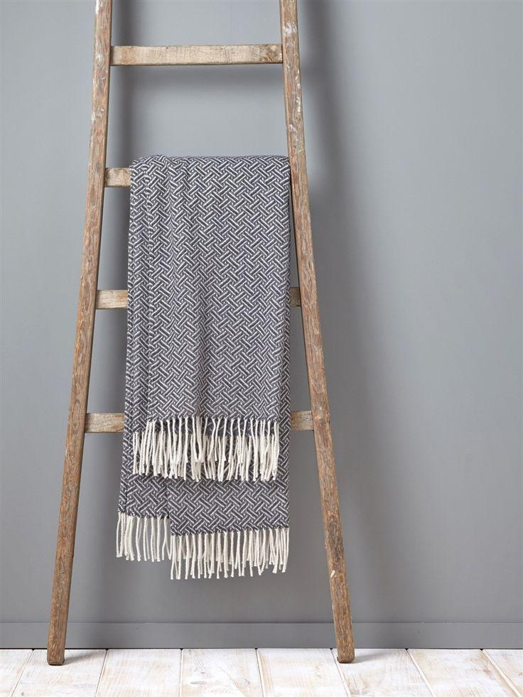 Un plaid aux motifs graphiques chic pour réveiller et réchauffer son intérieur avec style ! DétailsToucher doux. Dim. 130 x 180 cm. Finition franges.