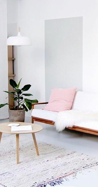 Ein farbiger Akzent in Streifenform. www.kolorat.de #KOLORAT #Wandfarbe #Wohnzimmer