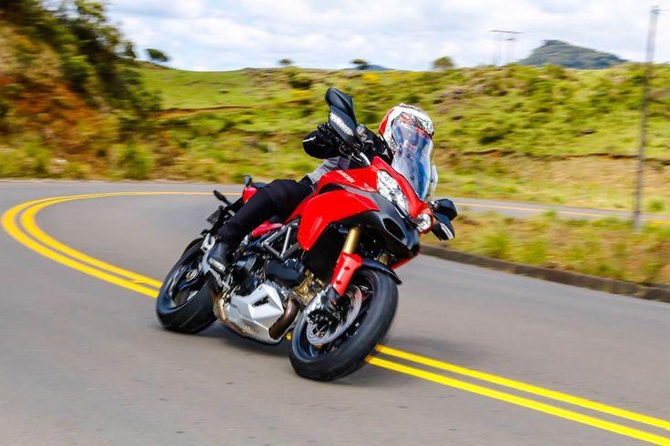 """Top10 - Motos nacionalizadas Ducati Multistrada 1200 Antes de trazer a Hypermotard e a Hyperstrada, a Ducati nacionalizou a linha Multistrada. Composta por três modelos (Standard, """"S Touring"""" e """"S Pikes Peak""""), a família de bigtrails italiana é equipada com motor bicilíndrico em """"L"""" de 1198,4 cm³ e as versões top de linha trazem ainda a suspensão semi-ativa Skyhook, que se ajusta automaticamente de acordo com o tipo do solo."""